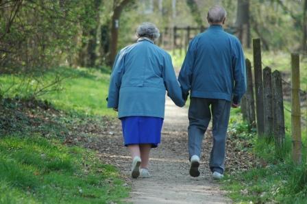 ancianos pasean